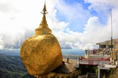 http://www.vietnamitasenmadrid.com/myanmar/kyaiktiyo-roca-dorada.html  A 1.100 metros de altura sobre el nivel del mar, colgando del filo de un precipio se encuentra la Pagoda Kyaiktiyo, popularmente conocida co...