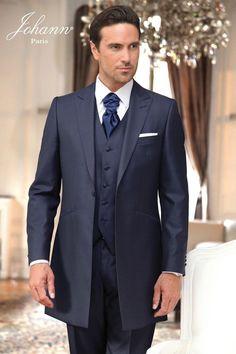 Costume redingote de mariage avec gilet coordonné. Tissu en laine et soie bleu marine. Ascot lavallière marine et pochette en satin blanc.