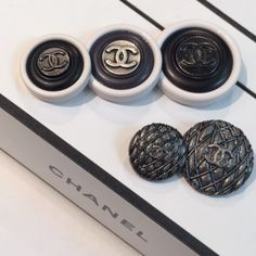 VINTAGE CHANEL BUTTON | DECOUVERTE 公式ブログ Chanel Brooch, Vogue Covers, Chanel Fashion, Top Designer Brands, Vintage Chanel, Coco Chanel, Vintage Designs, Fashion Accessories, Channel