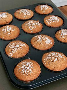 eenvoudige Vlaamse peperkoek muffins Het recept voor deze eenvoudige Vlaamse peperkoek muffins is nagenoeg identiek aan het peperkoek recept dat ik onlangs gepresenteerd heb. Als variatie heb ik deze keer volkorenbloem gebruikt. En zoals je op de foto ziet heb ik de muffins met suikerparels afgewerkt. Maar vooral heb ik deze keer muffin vormen gebruikt. Daardoor vermindert ook de baktijd. #muffin #peperkoek #vieruurtje #vlaams Muffin Recipes, Cupcake Recipes, Bread Mold, Whole Wheat Flour, Sweet Cakes, Afternoon Tea, Gingerbread, Muffins, Easy Meals