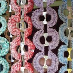 Vorhang / Raumteiler aus umhäkelten Flaschenverschlüssen