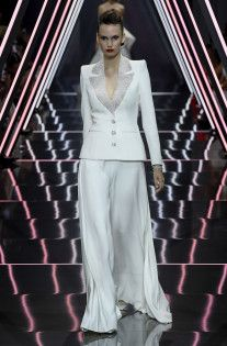 Ralph&Russo Couture Fall see pants. Wedding Pantsuit, Ralph And Russo, Fall 2018, Formal Dresses, Wedding Dresses, Custom Made, Fashion News, Beachwear, Street Style