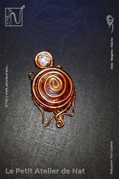 Jolie tortue en fils d'aluminium. Décoration de table, cette tortue délicate a pour tête une perle craquelée et un galet de verre en guise de dos. Celui-ci est maintenu par des spirales et de petits liens en fil alu (Ø0,8/Ø2) et fil métallique.