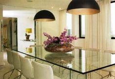 2- Mesa de vidro + cadeiras de pés cromados, essa combinação funciona muito bem! Também gosto dos pendentes e do arranjo sobre a mesa. Projeto Renata Cáfaro, revista Dcasa 31.