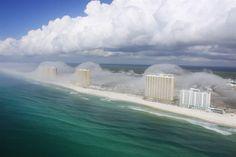 #Tsunamiclouds in #Florida. Boven zee en direct aan de kust een stabiele atmosfeer; één van de randvoorwaarden voor het ontstaan van de bizarre wolkenformaties. Landinwaarts was het overigens ontstabiel. Het verschil tussen stabiel en onstabiel is op de foto's te zien aan twee aspecten. Ten eerste het zicht: het is op de foto's heiig boven zee, terwijl je boven land veel verder kan kijken. Ten tweede ontstaan boven land stapelwolken die er boven zee niet zijn. @JRHott @PanhandleHelicopter