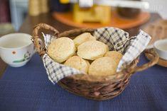 Preparación:Tienes que cernir la harina para preparar estos scones salados. Mezcla la harina con el polvo de hornear. Agrega la sal y mezcla todo.Coloca la mantequilla (o manteca) en el recipiente con los ingredientes secos y usa dos cuchillos para mezclar todo.Cuando la mantequilla esté ya bien fina e incorpor