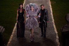 """Effie Trinket (Elizabeth Banks) mit ihren """"Zöglingen"""" Katniss (Jennifer Lawrence) und Peeta (Josh Hutcherson) // Die Tribute von Panem"""