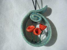 Collier céramique petit anneau d'argile planté de fleurs rouges : Collier par crisland