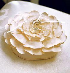 Porta anillos para bodas en forma de flor, disponible en ivory y blanco. Importadas.