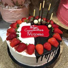 Esta red Velvet está camuflada tras su suave crema la cobertura de chocolate y cuando las fresas son protagonistas esto es lo que pasa... ni una miga #celebrandolavida #belloybueno #somoselpostre