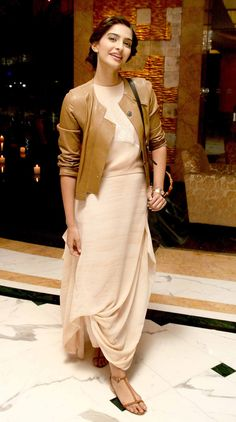 Some Lesser Known Facts About Sonam Kapoor Does Sonam Kapoor smoke? No Does Sonam Kapoor drink alcohol? Sonam Kapoor, Diva Fashion, New Fashion, Fashion Design, Fashion Beauty, Office Fashion, Indian Attire, Indian Wear, Indian Dresses
