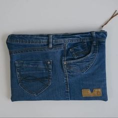 It's super quick and easy to make a DIY Laptop Case using your old jeans. Learn how to make you own laptop sleeve. Sewing Hacks, Sewing Projects, Sewing Tips, Sewing Tutorials, Sewing Crafts, Diy Projects, Denim Bag Patterns, Sewing Patterns, Artisanats Denim