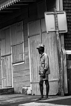 Ein schwarz-weiss Foto eines alten Mannes in Hellbourg der den lieben langen Tag die Leute beobachtet hat! Black And White, Old Men, Black White Photos, Photo Illustration, Blanco Y Negro, Black White, Black N White