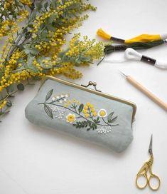 Idea for embroidering a clasp Modern Embroidery, Floral Embroidery, Embroidery Patterns, Hand Embroidery, Cross Stitching, Cross Stitch Embroidery, Flower Art Drawing, Diy Purse, Modern Cross Stitch