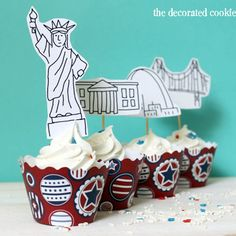 of July cupcakes: A free printable for American landmark cupcake toppers, fun food ideas for your Independence Day party. Cupcake Toppers Free, Cupcake Wraps, Party Printables, Free Printables, Cupcake Couture, Party Pops, Holiday Treats, Holiday Decor, Craft Club