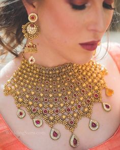 Loved bride-to-be Vakare's stunning gold set by at WeddingSutra on Location. Fancy Jewellery, Gold Jewellery Design, Gold Jewelry, Gold Necklace, Amrapali Jewellery, Saree Jewellery, Chocker Necklace, Gold Choker, Soutache Jewelry