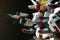 最近重看Gundam Seed Destiny 的卡通,實在愛煞了這台彷如絕世高手般,獨力周旋於聯合軍和扎多軍之間的自由高達!而這台模型,也著實忘記了是多少年前的作品了,我不會否認技術粗糙難登大雅,不過砌模型本身最重要的就是過程本身,反正我也不會把完成品拿來「轟隆轟隆」地把玩吧!相片是用canon的100mm微距鏡就著窗邊陽光拍攝的,完全沒有使用任何燈光或反光板,效果卻相當不俗呢!
