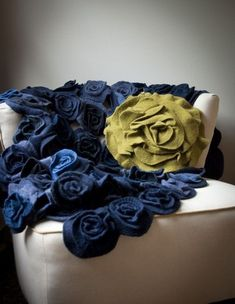 Love this diy ruffle rose throw! Good for bedroom reading chair decor Fabric Crafts, Sewing Crafts, Sewing Projects, Craft Projects, Sewing Ideas, Felt Projects, Project Ideas, Sewing Patterns, Diy Flowers