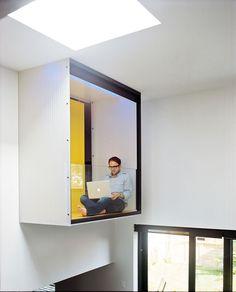 Yannick Raymond prend une pause sur l'intérieur balcon vitré paroi de la chambre des maîtres, qui est en porte à faux sur la salle à manger.  Photo par: Alexi Hobbs