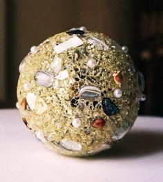 Exklusive Leucht- oder Dekokugel (16 cm, gold oder silber). Die einzelnen Materialien wie Crackle-Mosaik, Perlen, Glasnuggets, weißes Perlmutt sowie hochwertiges Abalone Perlmutt, wurden einzeln mit der Pinzette auf die Acrylkugel aufgebracht. Falls die Kugel ausschließlich als Deko-Objekt verwandt wird, schimmert und funkelt das Material herrlich bei Tageslicht. Sie wurden  veröffentlicht in http://sara-artstudio.blogspot.ch/p/my-wish-list.html und Gewinner mit den meisten Stimmen.