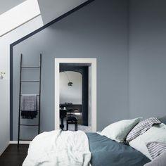 Un mur bleu gris associé à un liseré bleu profond dans une chambre. Sérénité garantie dans cette chambre aux murs bleu gris !