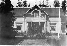 """1887 lät Carsten Jacobsen byggmästaren C..., 1887 lät Carsten Jacobsen byggmästaren C.A. Olsson (""""Bygg-Olle"""") bygga  två hus  mittemot Solbacken i Petersvik, Sköns sn. Husen fick senare namnen Hållnäs och Thurebo.Villa Thurebo uppfördes i en och en halv våning med locklistpanel på fasaderna, öppen ..."""