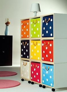 móvel com caixas pintadas com bolinhas