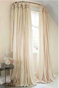 Utilisez une tringle à rideau courbée pour donner l'impression que la fenêtre est plus grande.