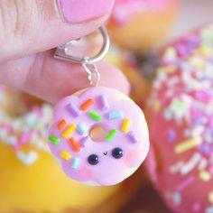 Fimo-massoista saat valmistettua upeita ja herkullisen näköisiä koruja ja avaimenperiä. Mini Donuts, Kawaii, Cute Food, Glitter, Drop Earrings, Personalized Items, Jewelry, Japan, Fimo
