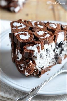 This no-bake cookies and cream swiss roll cake is the ultimate treat with layers of sliced Swiss Rolls and a creamy Oreo cheesecake filling. Easy No Bake Desserts, Easy Desserts, Delicious Desserts, Baking Recipes, Cake Recipes, Dessert Recipes, Chocolate Desserts, Let Them Eat Cake, Yummy Cakes