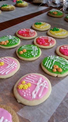 Petri dish cookies Science Cake, Mad Science Party, Mad Scientist Party, Cut Out Cookies, Cute Cookies, Sugar Cookies, Petri Dish, Halloween Cookies, No Bake Treats
