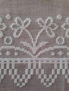 Mini Cross Stitch, Cross Stitch Borders, Cross Stitching, Cross Stitch Patterns, Flower Embroidery Designs, Embroidery Applique, Cross Stitch Embroidery, Swedish Weaving, Hand Embroidery Tutorial