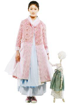 격식에 맞게 옷을 차려 입어야 할 때, 학생들은 어떻게 해야 할까요? 가장 쉽게 드레스 업 할 수 있는 복장으로는 교복이 있겠죠. 매일 입는 교복 말고, 좀 더 색다른 멋을 내고 싶다면 한복을 추천합니다. 둥근 치마에 선이 고운 저고리는 서양 드레스 못지않게 아름답고 화려합니다. 이번 설에는 스타일리시한 한복으로