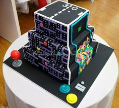 Each side of the cake is a different game. There's Frogger, Tetris, Donkey Kong and Pac-Man. The joystick, buttons and coin slot are edible too. Video Game Wedding, Video Game Party, Video Games, Cupcakes, Cupcake Cakes, Cupcake Ideas, Pac Man, Geek Cake, Beautiful Cakes