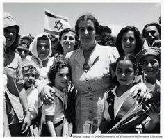 Golda Meir with children of Kibbutz Shefayim 24 juillet 1950 Israel History, Jewish History, World History, Golda Meir, Haifa Israel, Naher Osten, Israel Palestine, First Humans, Declaration Of Independence