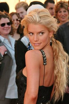Jessica Simpson's pony tail-I need to do thiss! Jessica Simpsons, Ponytail Hairstyles, Pretty Hairstyles, Wavy Ponytail, Hairstyle Ideas, Jessica Simpson Style, Jessica Simpson Makeup, Glamour, Great Hair