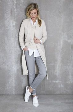 Grey jeans and white shoes. - Grey jeans and white shoes. Look Fashion, Trendy Fashion, Autumn Fashion, Womens Fashion, Fashion Trends, Affordable Fashion, Latest Fashion, Fashion 2018, Spring Fashion