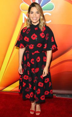 America Ferrera in a red floral midi dress Johnny Depp, Black Art Pictures, Floral Midi Dress, Night Looks, Red Carpet Looks, Modest Outfits, Well Dressed, Flower Power, Dress To Impress