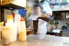 Préparation du milk tea dans une chaussette au café local de Sham Shui Poh à Hong Kong