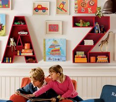 Police do dětského pokoje ve tvaru písmen