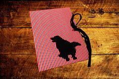 Caderno com costura Correntinha, lombada quadrada e capa em tecido de algodão. Elaborada para personalizar a capa do seu caderno com a raça do seu animal de estimação, o Velho Chico pensou em levar para as pessoas um pouco de descontração e diversão, tendo como foco o amor incondicional que temos por eles! Você pode …