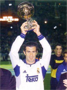 Temporada 2000-2001. Figo recibe el Balón de Oro en el Bernabéu First Football, Football Love, Soccer Inspiration, Bernabeu, Ballon D'or, Jason Statham, Champions League, Real Madrid, Fifa