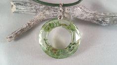 Sieh dir dieses Produkt an in meinem Etsy-Shop https://www.etsy.com/de/listing/467467111/schmuck-aus-harz-grune-lederkette-mit