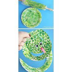 Måla med bubbelplast på en papperstallrik och klipp den sedan till en orm Rolig idé!  Bild från Pinterest.