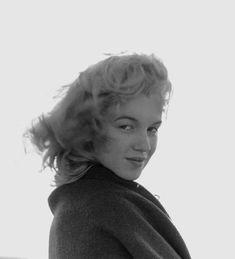 Antes da fama, ainda uma menina de 20 anos, Marilyn Monroe, na época Norma Jeane Dougherty, conheceu o fotógrafo André de Dienes. Na primeira viagem romântica do casal, André fez um ensaio fotográf…