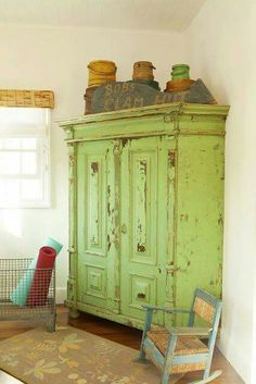 Love the shabby chic but would prefer blue Primitive Furniture, Distressed Furniture, Shabby Chic Furniture, Vintage Furniture, Distressed Dresser, Furniture Projects, Furniture Makeover, Diy Furniture, Milk Paint Furniture
