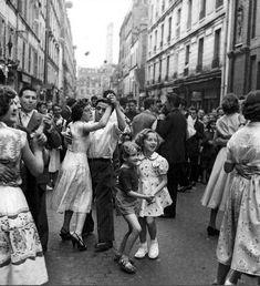 Desde novos a dançar em Paris!! Dançaremos!  Bal populaire Paris 1950s Robert Doisneau