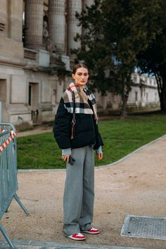 Tap to see more from the top #spring2021 #couture #streetstyle. PHOTOGRAPHY BY ACIELLE / STYLE DU MONDE Street Style Trends, Street Style Women, Le Catch, Paris Shows, Couture Week, Cool Street Fashion, Mode Inspiration, Fashion Inspiration, Vogue Paris