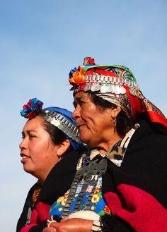Mujeres mapuche con el con el 'trarilonco' o cinta en la cabeza.