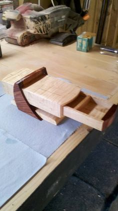 Frank Lloyd Wright Inspired Jewelry Box [Side supports look frail, doesn't have the FLW strength. Fairly simple construction but needs some planning in the area of grain-direction]